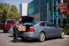 """Volvo Cars dodaje do rozrastającej się palety swoich usług """"connected"""" dostawy od Amazon Key wprost"""