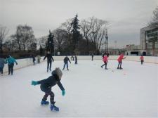 Ferie na lodowisku pod chmurką - bezpłatne zajęcia jazdy na łyżwach w Wola Parku