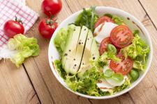 NOWOŚĆ! Sosy sałatkowe Naturalnie smaczne! Knorr Naturalnie smaczne sałatki - na 100%!