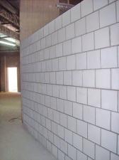 Jaka grubość tynku powinna być naniesiona na ścianę silikatową?