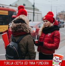 Pan Pomidor z porcją ciepła na warszawskich ulicach