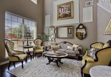 Jaki kolor podłogi drewnianej w salonie?
