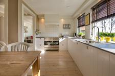 Drewno lub wykładzina w kuchni – na co zwrócić uwagę?